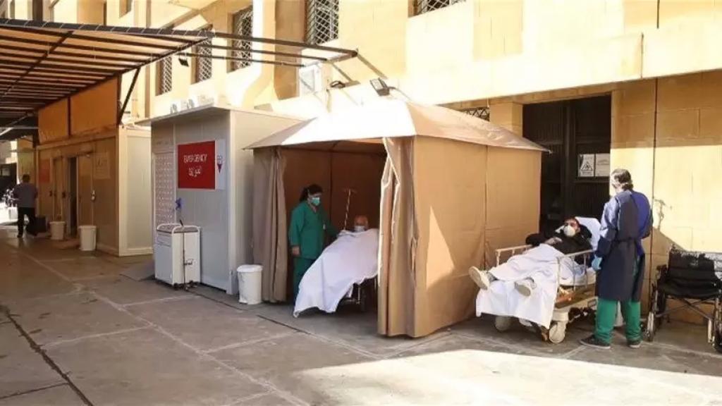 على الرغم من زيادة غرف كورونا.. مستشفى رزق يستقبل المرضى في الباحة أمام الطوارئ
