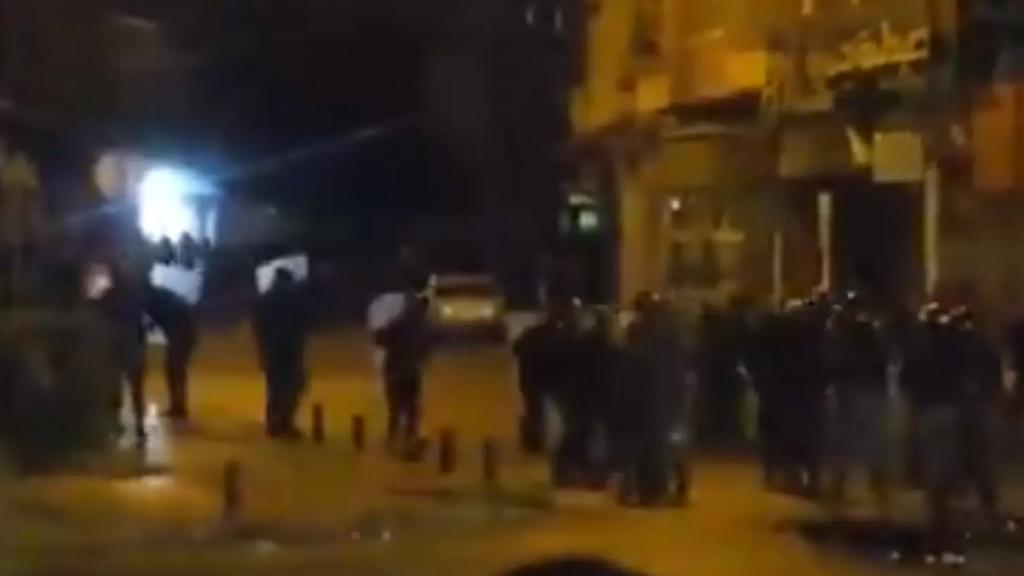بالفيديو/ القوى الأمنية تطلق القنابل المسيلة للدموع عند ساحة عبد الحميد كرامي في طرابلس لتفريق المحتجين