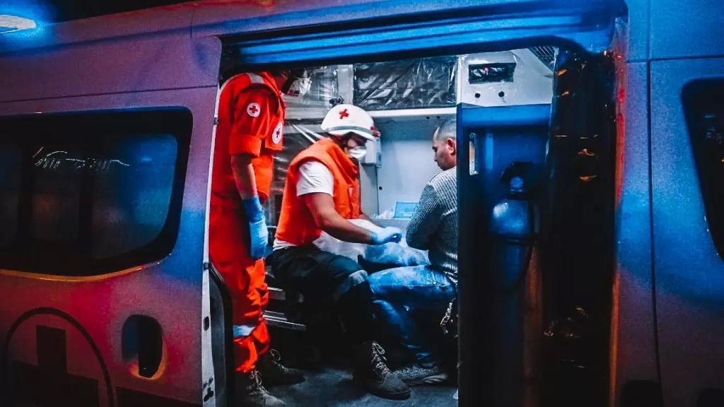 الصليب الأحمر:  3 فرق تستجيب الآن في ساحة النور في طرابلس وتعمل على نقل الجرحى وإسعاف المصابين