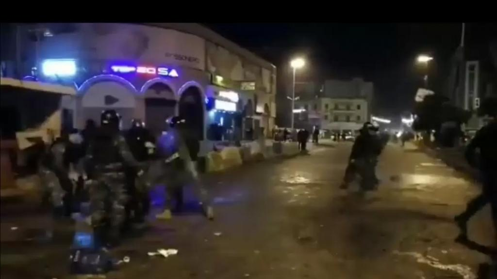 الوكالة الوطنية: الإحتجاجات مستمرة في طرابلس وسقوط جريح من عناصر قوى الأمن