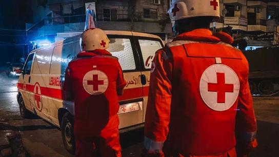 الصليب الأحمر: ٦ فرق تستجيب الآن وتعمل على نقل الجرحى وإسعاف المصابين في ساحة النور