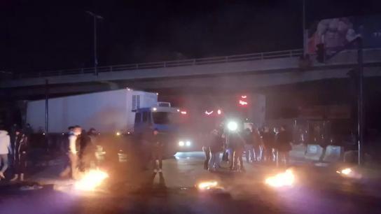 بالصور/ المشهد في خلدة.. محتجون قطعوا الطريق بالعوائق ومستوعبات النفايات رفضا للواقع المعيشي