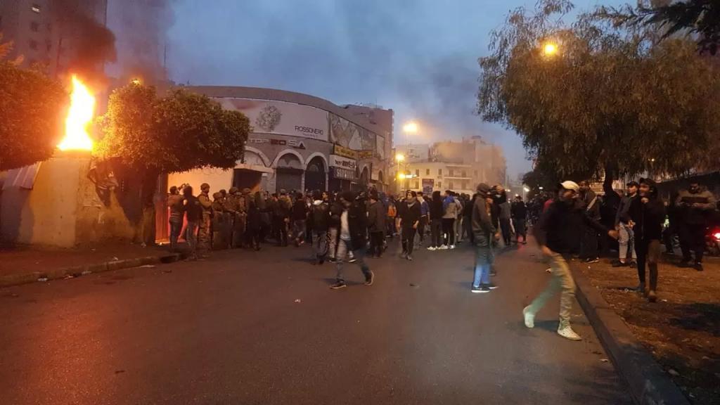 بالفيديو والصور/ محتجون قطعوا الطريق في ساحة النور والمنكوبين في البداوي ورشقوا بالحجارة باحة السرايا