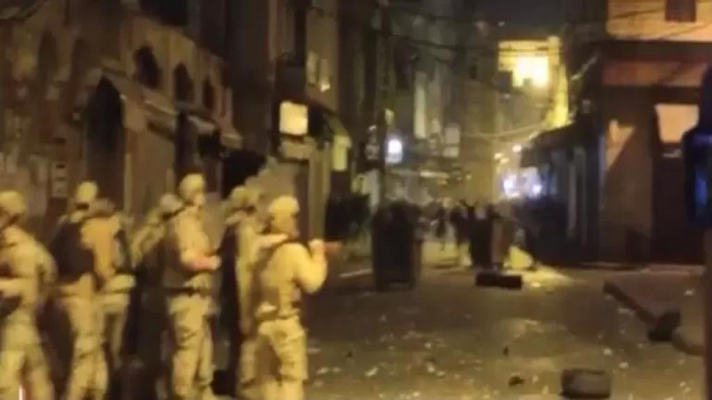 بالفيديو/ اكثر من 30 جريح.. الإشتباكات مستمرة والجيش يطارد المحتجين في اسواق طرابلس الداخلية