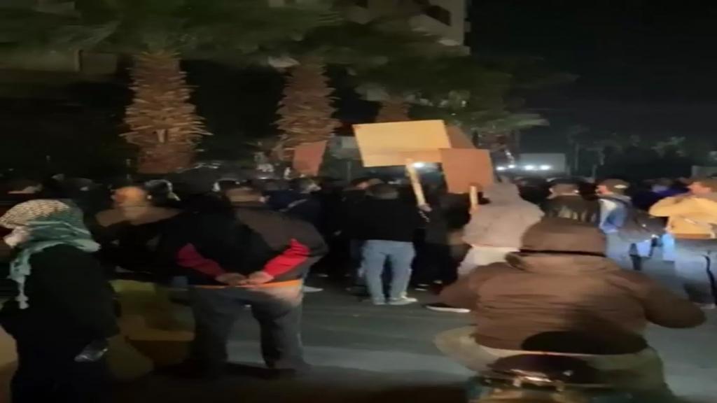 مسيرة راجلة جابت شوارع طرابلس ووقفات امام منازل عدد من النواب