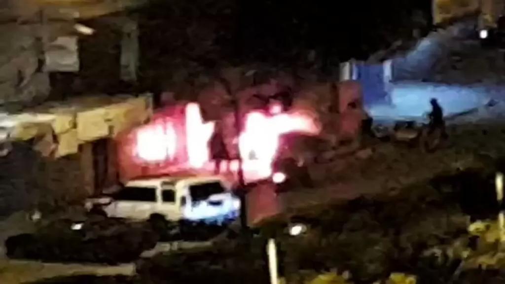 بالفيديو/ محتجون في طرابلس يضرمون النار عند مدخل مخفر التل
