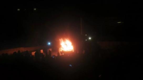 فيديو متداول..  المحتجون يحرقون سيارة في محيط السرايا الحكومية في طرابلس