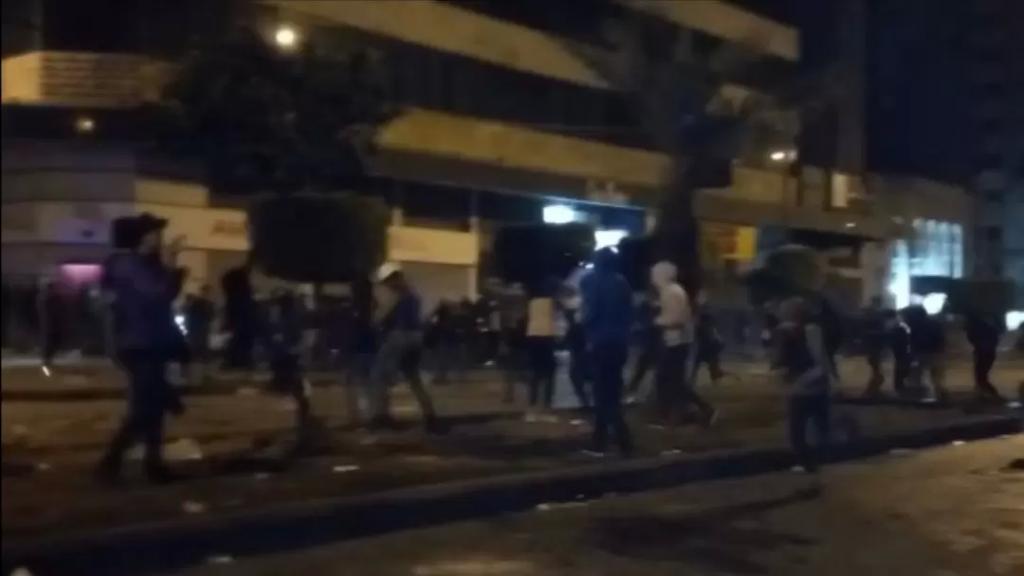 محتجون ألقوا مواد حارقة على سور سرايا طرابلس وأحرقوا الأشجار واستمروا برمي الحجارة والمولوتوف