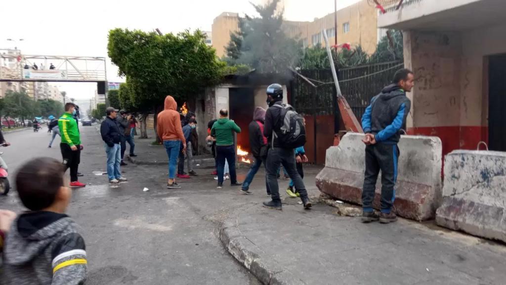 بالفيديو والصور/ محتجون تجمعوا أمام ساحة عبد الحميد كرامي وآخرون رشقوا مبنى سرايا طرابلس بالحجارة