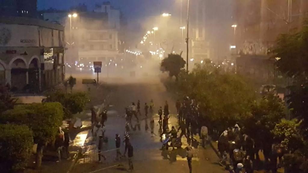 قوى الأمن داخل سرايا طرابلس يرمون القنابل المسيلة للدموع لإبعاد المحتجين عن محيط السرايا (الجديد)