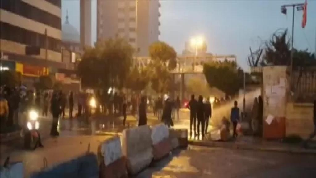 استمرار الإحتجاجات في طرابلس وأمام مدخل السرايا ومسيرة راجلة وعلى الدراجات النارية جابت شوارع المدينة