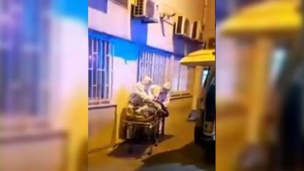 بالفيديو/ وفاة ستيني مريض بكورونا على باب مستشفى بعد أن رفض استقباله ومحاولة مسعفي الصليب الأحمر إنعاشه