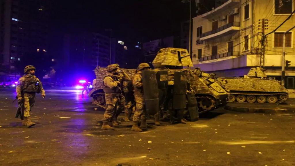 الجيش: إصابة 31 عسكرياً جراء تعرضهم للاعتداء والرشق بالحجارة وقنابل المولوتوف والمفرقعات النارية في طرابلس وتوقيف 5 أشخاص