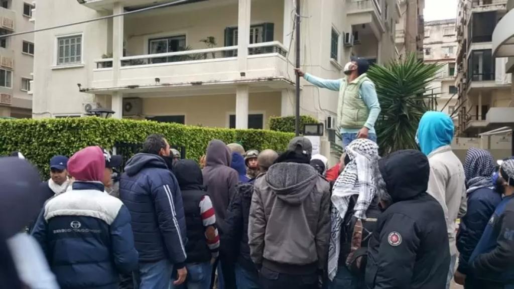 المحتجون في طرابلس يحطمون كاميرات المراقبة عند مدخل منزل النائب السابق أحمد فتفت