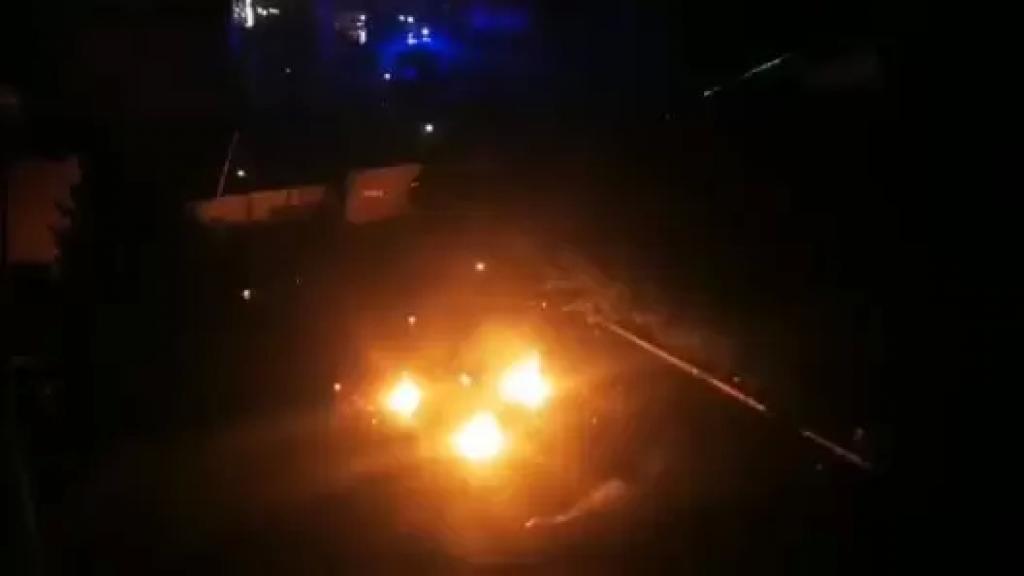 بالفيديو/  قنابل المولوتوف تتساقط بكثافة اضافة الى المفرقعات النارية على باحة سراي طرابلس وقوى الأمن تحذر