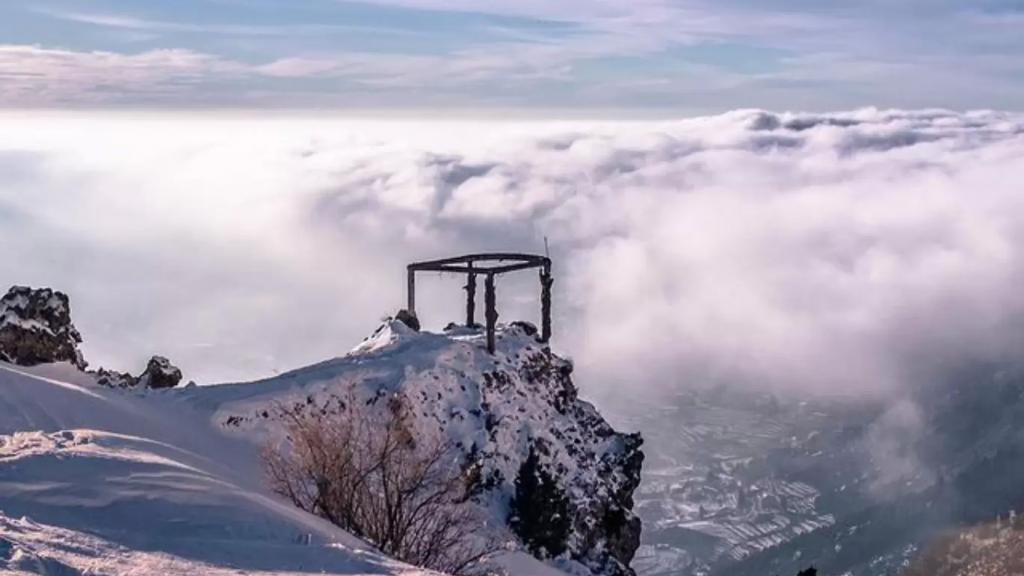 المنخفض الجوي وصل... أمطار غزيرة ورياح شديدة والثلوج تلامس الـ 900 متر شمالا!