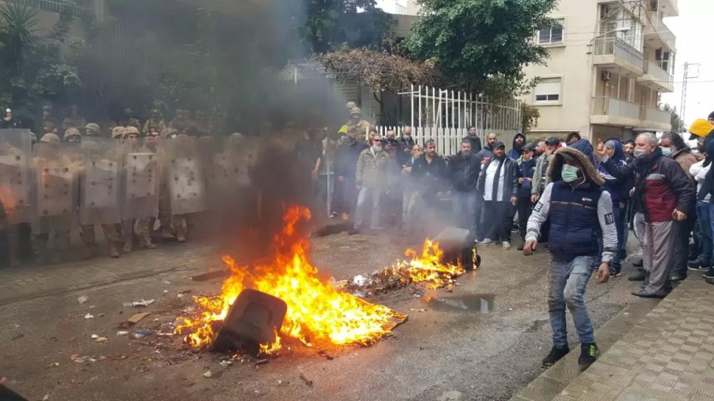 بالصورة/ المحتجون أشعلوا الإطارات أمام منزل النائب سمير الجسر في طرابلس