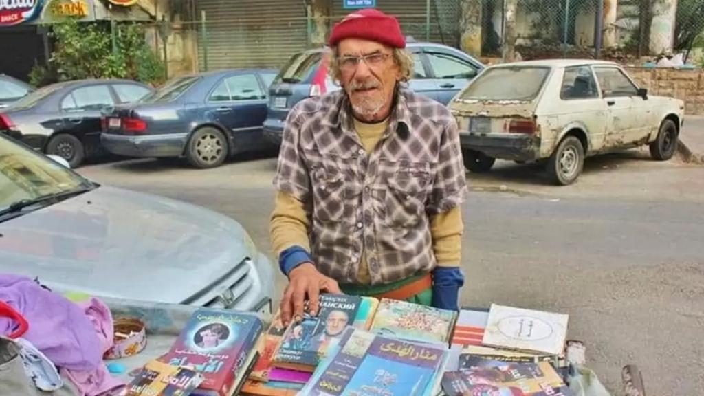 """قسى عليه الدهر ....أبو سامي السبعيني يبيع الكتب على عربة خضار ببيروت: """"الجوع أسوأ من كورونا"""""""