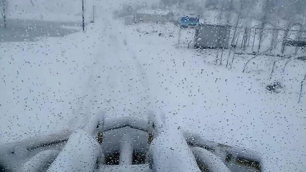 """العاصفة """"فعلت فعلها""""... الثلوج قطعت طرقا جبلية وعزلت قرى والسيول حولت الشوارع الى مستنقعات"""