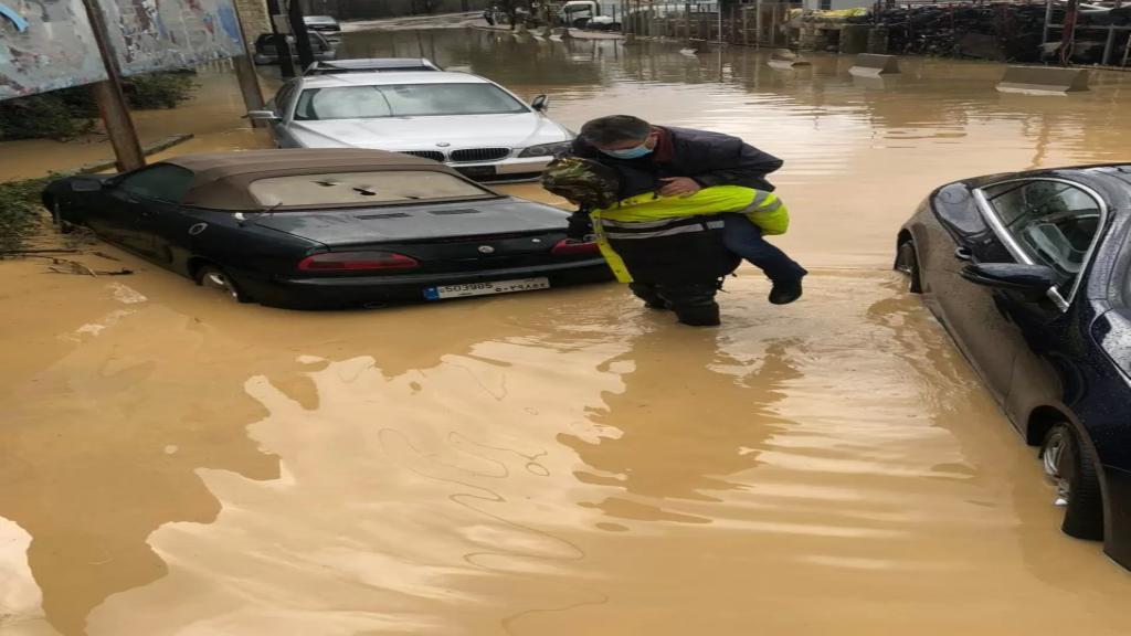 بالصور/ عناصر من الدفاع المدني يساعدون المواطنين جراء تبرك المياه على طريق عام ذوق مكايل-كسروان.