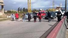 نساء يقطعن أوتوستراد المنية إحتجاجاً على تردي الوضع المعيشي
