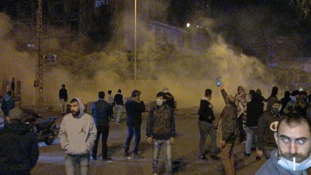شبان يضرمون النيران أمام سرايا طرابلس ويرشقون القوى الامنية بالحجارة