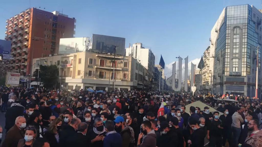 """بالفيديو/ محتجّون من مختلف المناطق اللبنانية في ساحة النور بطرابلس.. """"للتضامن مع أبناء المدينة وإستنكارا لأعمال الشغب"""""""