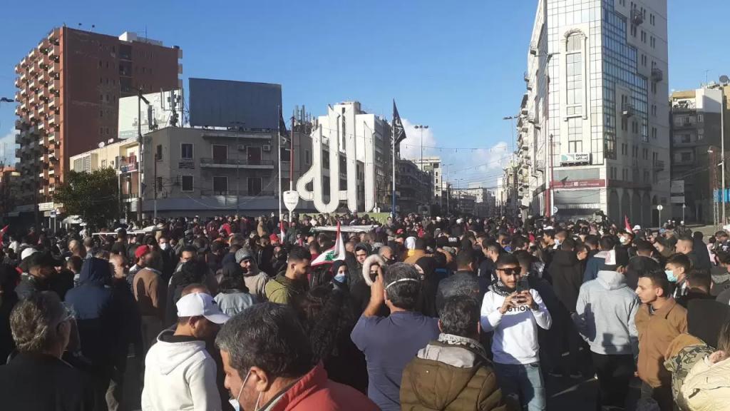 تجمع عدد من المحتجين في ساحة النور في طرابلس وسط تعزيزات أمنية مشددة