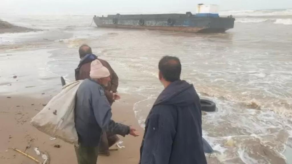بالصورة/ الرياح القوية تقذف بباخرة من مرفأ طرابلس إلى شاطئ القليعات