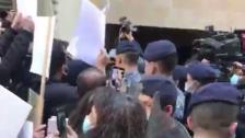 بالفيديو/ تدافع بين أهالي شهداء انفجار مرفأ بيروت وقوى الأمن أمام منزل القاضي فادي صوان