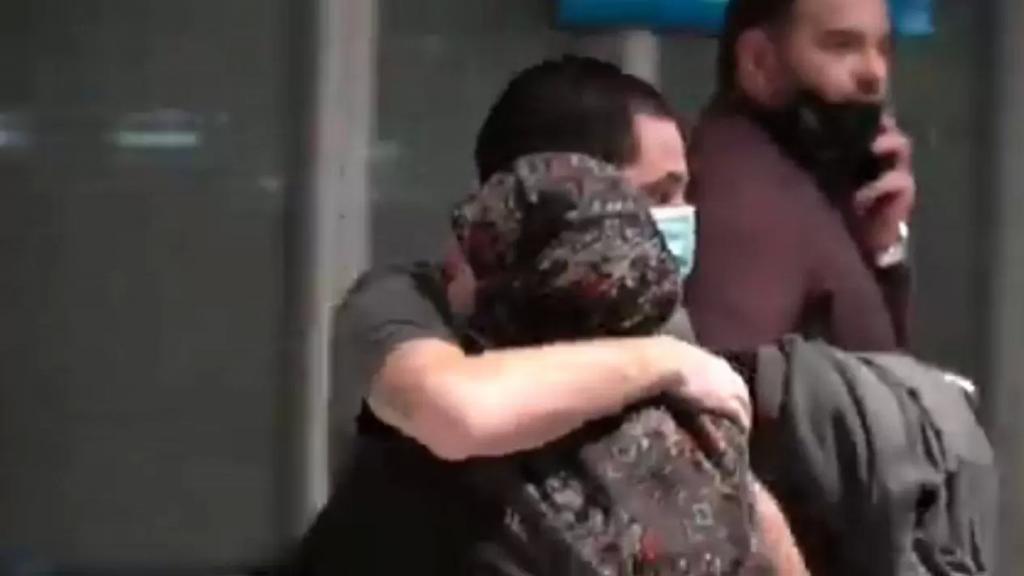 """بالفيديو/ """"لهفة الأم""""... لحظات مؤثرة لأم تحضن ولديها بعد وصولهما الى مطار بيروت عقب إفراج الإمارات عنهما"""
