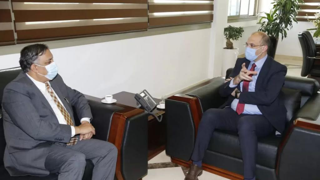 حسن بحث مع سفير الهند في حجز كميات إضافية من اللقاحات من خلال شركات القطاع الخاص التي تنوي استيراد لقاحات ذات جودة عالية مصنعة في الهند