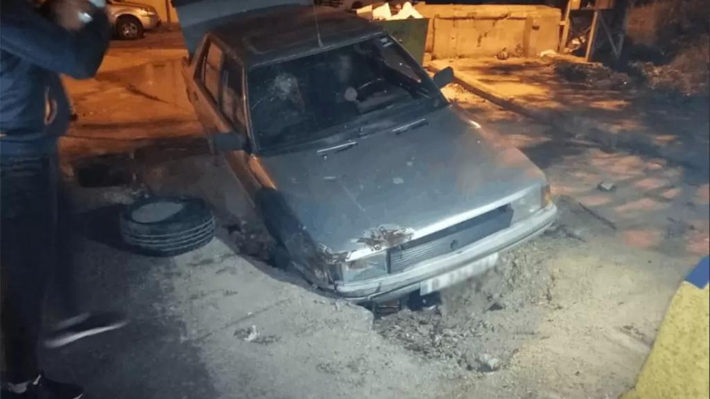 """بالصورة/ سرقة """"ريغار"""" المجاري تسببت بسقوط سيارة في حفرة في منطقة المنكوبين!"""