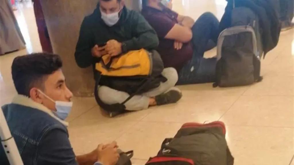 بالفيديو/  كانوا متوجهين إلى السعودية...لبنانيون عالقون في مطار الأردن وجوازات سفرهم محجوزة!