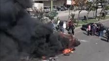 محتجون قطعوا مسلكي أوتوستراد طرابلس عكار  واستقدموا سيارة قديمة الى وسط الاوتوستراد واضرموا النار فيها احتجاجا على تردي الأوضاع والتوقيفات