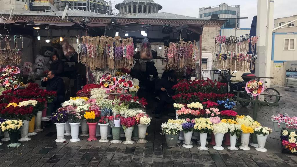 """إعفاء باعة الورود من حظر التجول المفروض في تركيا في """"عيد الحب"""""""