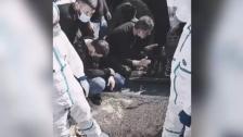 فيديو مؤثر متداول لرئيس بلدية الخرايب خلال تشييع شقيقه بعد أقل من 4 أشهر على وفاة شقيقه الآخر أيضاً متأثراً بمضاعفات كورونا