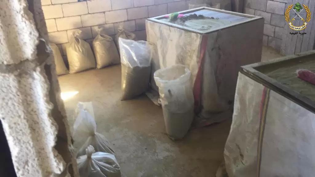 بالصور/ قوة من الجيش تضبط معملاً لتصنيع المخدرات في منطقة دير الاحمر خلال مداهمات في المنطقة وتوقف شخصين