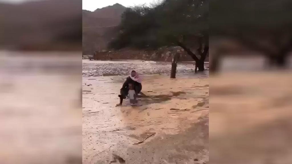 فيديو يحبس الأنفاس.. خاطر بحياته لينقذ مسناً بعدما جرفته الأمطار في السعودية!