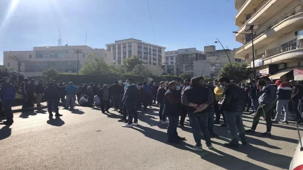 محتجون قطعوا ساحة النجمة في صيدا احتجاجا على عدم شمولهم بقرار تخفيف قيود الاقفال