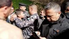 بالفيديو/ في حادثة طريفة.. طفل مفقود يبحث عن نفسه مع رجال الدفاع المدني في الأردن