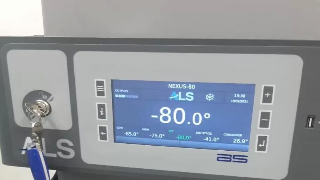 الأبيض: البراد ذو درجة الحرارة المنخفضة للغاية في مختبرنا جاهز لإستقبال لقاح فايزر...سنكون جاهزين في الوقت المحدد!