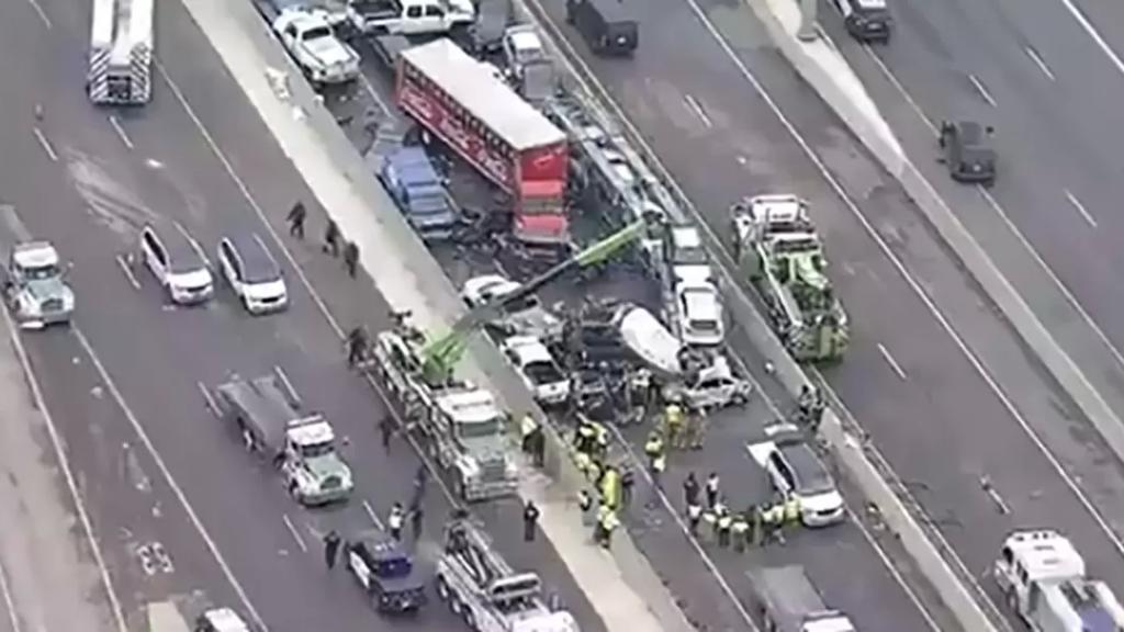 بالصور والفيديو/ عشرات الضحايا والإصابات في حادث اصطدام نحو 100 سيارة بولاية تكساس الأمريكية بسبب الجليد!