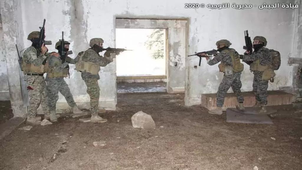 """مخابرات الجيش تمكنت من توقيف مطلوب ملقب بـ""""رامز الدب"""" خلال عملية دهم في مدينة بعلبك"""