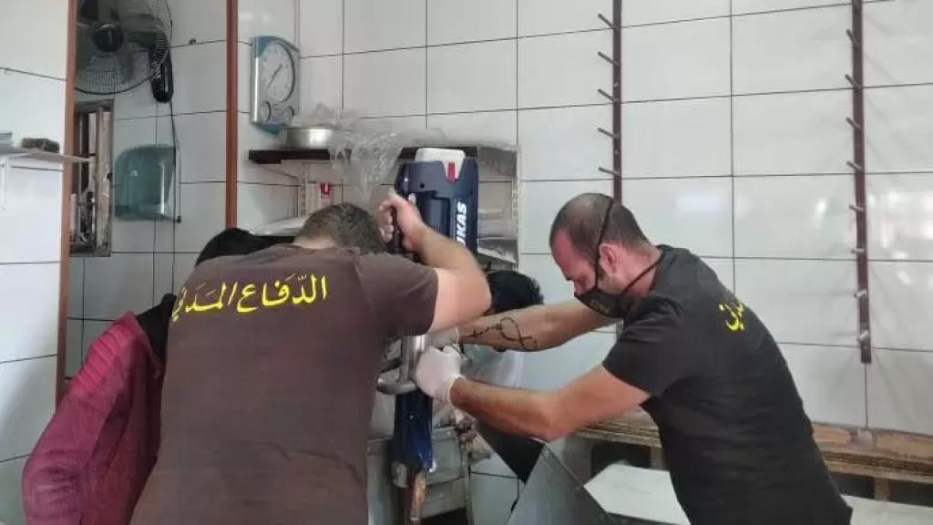 بالصور/ علقت يده داخل آلة لتقطيع العجين في فرن في جبيل... والدفاع المدني يتدخل