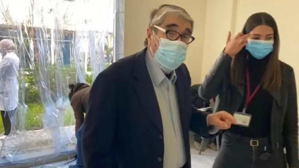 بالصورة/ الفنان اللبناني القدير صلاح تيزاني (93 سنة) أول من تلقى اللقاح ضد فيروس كورونا