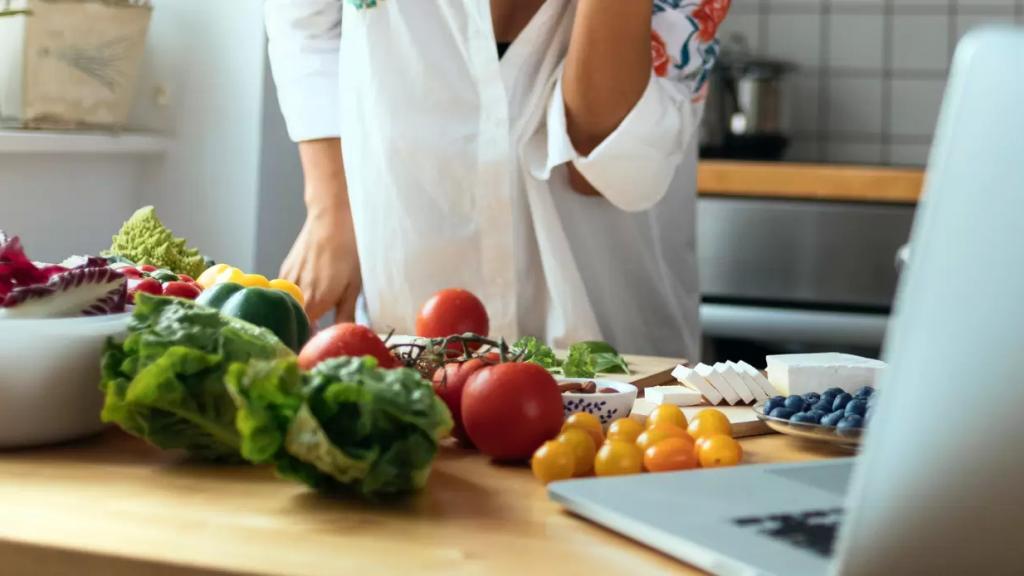 المطبخ بات ملاذ اللبناني الوحيد خلال الحجر المنزلي وتحوّل إلى حقل تجارب.. إحداهنّ قررت أن تفجّر موهبتها بالطبخ ففجّرت المطبخ!