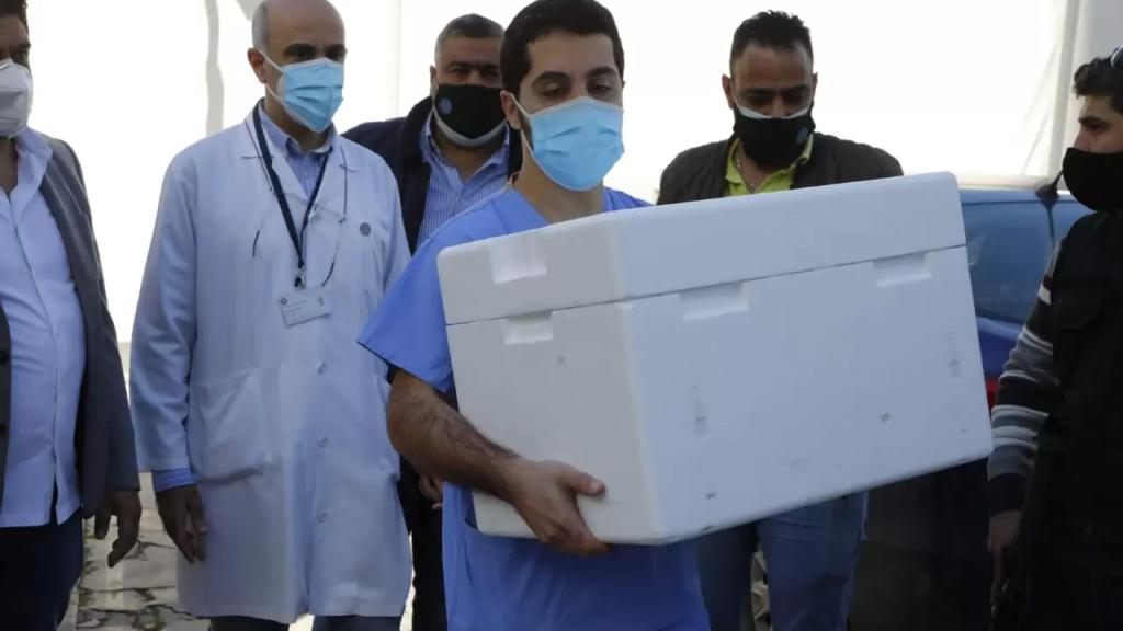 وصول الدفعة الأولى من لقاح فايزر إلى مستشفى الروم بعد انطلاق حملة التلقيح الوطنية