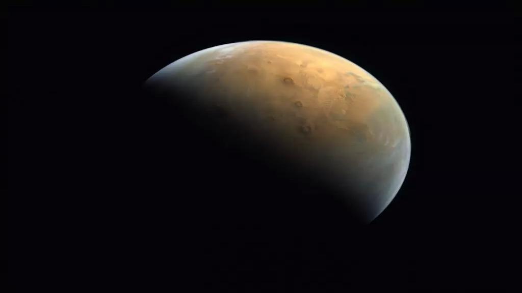 بالصورة/ مسبار الأمل يرسل أول صورة للمريخ بأول مسبار عربي وذلك من ارتفاع 25 ألف كم عن سطح الكوكب الأحمر