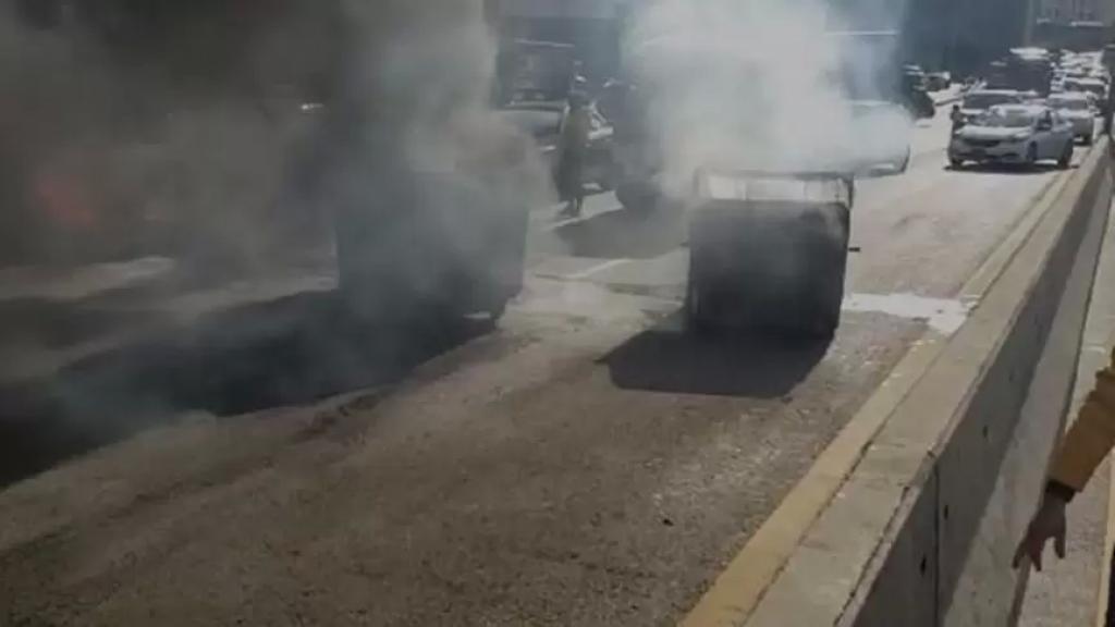 قطع الطريق مقابل مرفأ بيروت بالاتجاهين بالإطارات المشتعلة ومستوعبات النفايات